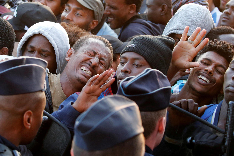 A polícia francesa evacua milhares de migrantes no bairo parisiense de la Chapelle, a 7 de Julho de 2017.