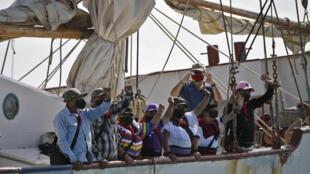 """Miembros de la antigua guerrilla del Ejército Zapatista de Liberación Nacional (EZLN), zarpan de Isla Mujeres en un velero denominado """"La Montaña"""", el 2 de mayo de 2021 en el estado de Quintana Roo, México"""