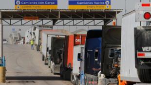 Una fila de camiones espera entrar en Estados Unidos en la frontera en Tijuana, México el 2 de febrero de 2017.