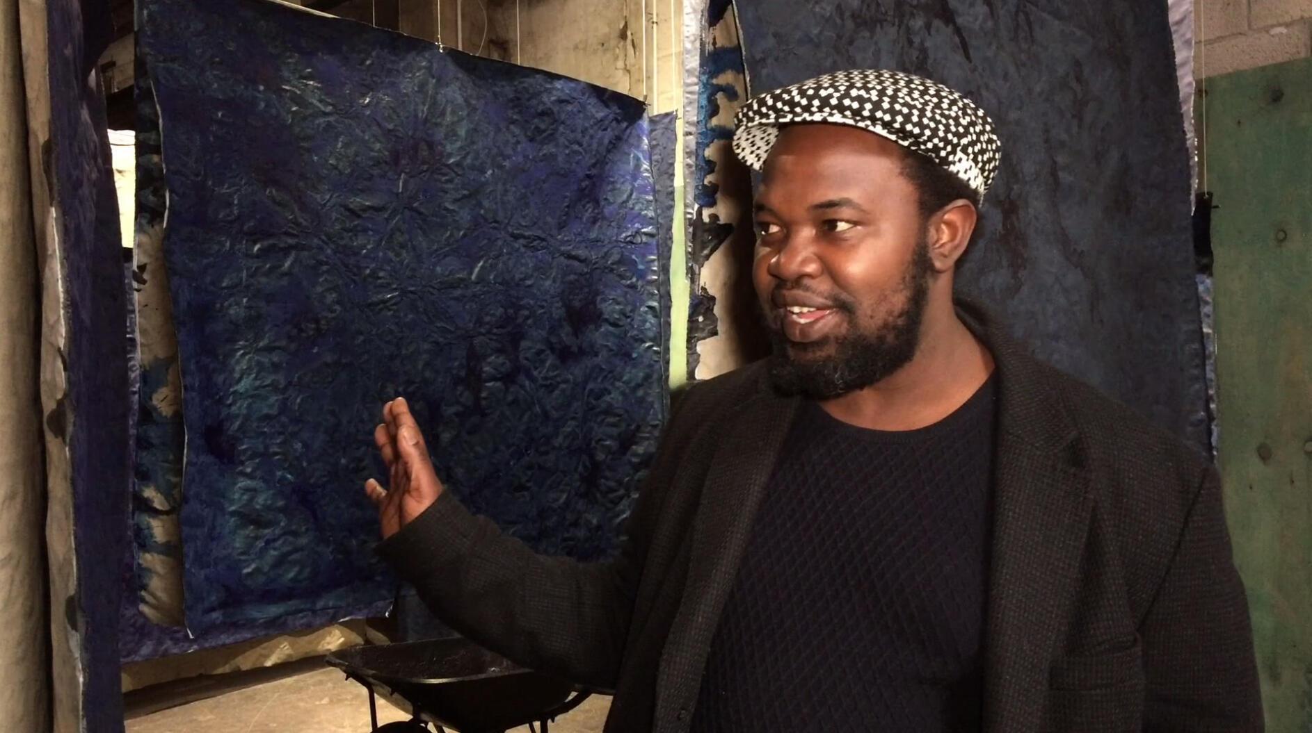 L'artiste sud-africain Moshekwa Langa explique son oeuvre « Babilonia ».