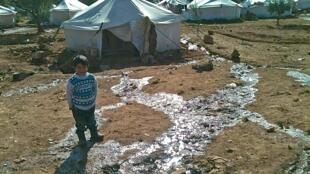 Comme à Atmeh/Bükülmez, les camps improvisés de la frontière turco-syrienne font face au problème de l'évacuation des eaux usées.