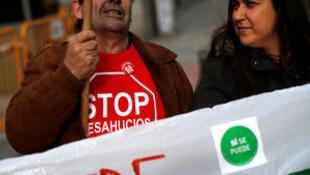 Miembros de la Plataforma de Víctimas de las Hipotecas de España esperan a la salida del Tribunal Supremo de Madrid, 21 de diciembre 2016