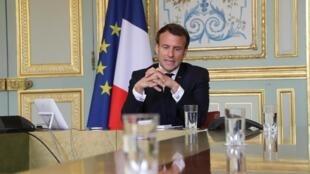 Rais wa Ufaransa Emmanuel Macron akizungumza na Mkuu wa shirika la Afya Duniani, WHO,  kupitia video, katika Ikulu ya Élysée Aprili 8, 2020.