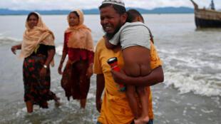 پناهجویان روهینگیا هنگام عبور از مرز میانمار با بنگلادش روز 10 سپتامبر 2017.