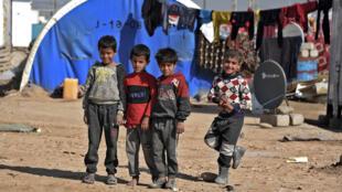 Niños en el campo de desplazados de Al Jadaa, en el distrito de Qayara en Irak, el 11 de febrero de 2021