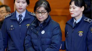 Choi Soon-sil chega para prestar documento no tribunal constitucional