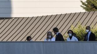 Le président français Emmanuel Macron (G) visite l'hôpital spécialisé en maladies infectieuses IHU à Marseille le 9 avril 2020 avec son directeur, le professeur Didier Raoult (4e G). Marseille, le 9/04/2020