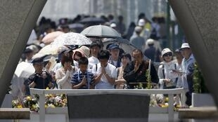 Japoneses rezam pelas vítimas da bomba atômica neste 6 de agosto de 2015.
