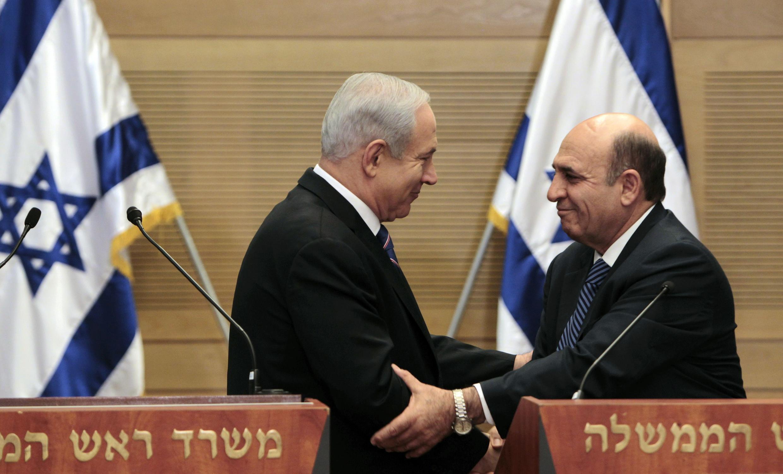 El primer ministro israelí, Benjamin Netanyahu, y el líder opositor Shaul Mofaz provocaron una gran sorpresa al  anunciar un acuerdo de unión que permite evitar las elecciones anticipadas y constituye la mayor coalición de gobierno en la historia de Israel