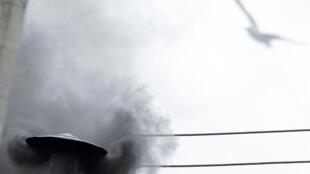 Fumée noire à nouveau sur le Vatican ce mercredi 13 mars 2013, à la mi-journée. Toujours pas de pape.