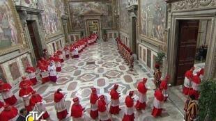 Os cardeais eleitores aquando da respectiva entrada para a Capela Sistina, no Vaticano.