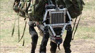 Big Dog est un robot de terrain qui marche, court, grimpe et porte de lourdes charges comme une mule.