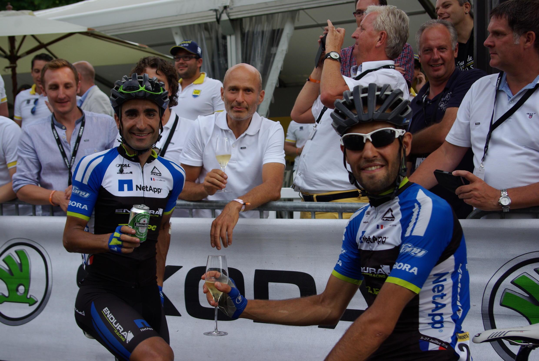 Ciclistas portugueses Tiago Machado e José Mendes a festejar o fim da 101ª edição do Tour
