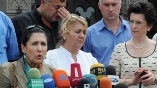 La candidate à la présidentielle géorgienne Salomé Zourabichvili (à gauche), alors au centre de l'opposition, prononce un discours à Tbilissi le 21 juillet 2009.