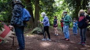 Une randonnée organisée par des peuples autochtones lors d'une visite de la foret de Burnaby, au Canada, en août 2020.