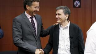 O presidente do 'Eurogrupo, Jeroen Dijsselbloem e o ministro das  Finanças grego Euclid Tsakalotos,14.08.2015