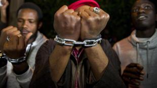 Des migrants subsahariens manifestent devant l'ambassade de Libye à Rabat, au Maroc pour dénoncer l'esclavage, le 23 novembre 2017.