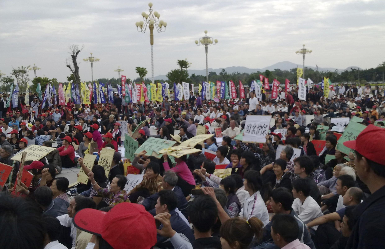 Dân cư Lục Phong, Quảng Đông biểu tình chống trưng thu đất đai. Ảnh chụp ngày 21/11/2011.