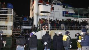 Торговое судно «Эзадин» с 360 мигрантами на борту в итальянском порту Корильяно-Калабро, 3 декабря 2015.