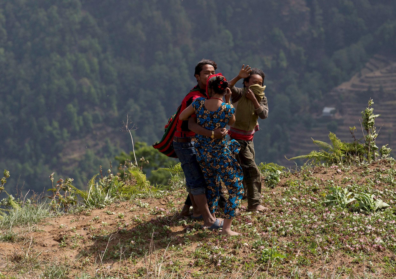 Người dân các vùng hẻo lánh của Nepal đón trực thăng của Ấn Độ đưa hàng cứu trợ tới ngày 1/5/2015.