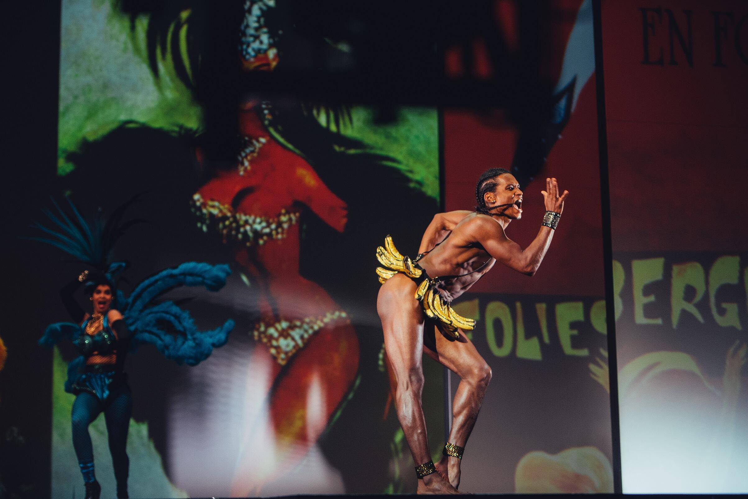 El balarín cubano, Lázaro Cuervo Costa personifica a la mítica Josephine Baker en el espectáculo del diseñador francés, Jean-Paul Gaultier.