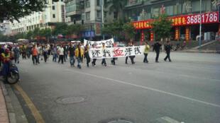 2011年11月18日广州花都建设北路有数百民工喊着口号游行示威,警察沿途开路护航、疏导交通,公交车要改道,造成交通堵塞。