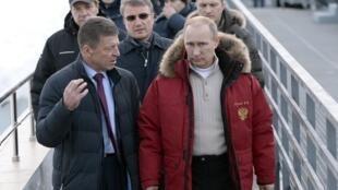 O presidente russo, Vladimir Putin (à direita, de casaco vermelho), visitou instalações que serão usadas durante os Jogos Olímpicos de Inverno de Sotchi nesta sexta-feira, 3 de janeiro de 2014.