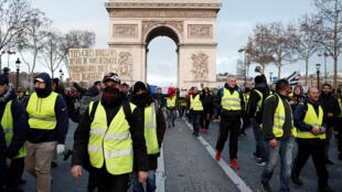 Des «gilets jaunes» descendent les Champs-Elysées à Paris au début du IV acte du mouvement, le samedi 8 décembre.