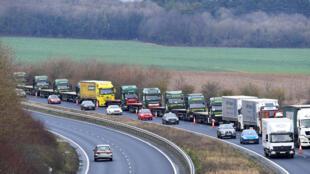 Xe tải chở hàng trên trục lộ nối liền sân bay Manston của Anh với cảng Douvres của Pháp. Ảnh minh họa.