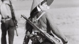 1966. A 19 ans, Nguyen Thi Hien est chef de l'escouade de la milice à Yen Vuc, district de Ham Rong, province de Thanh Hoa. Elle a survécu à plus de 800 raids aériens et a été enterrée vivante à quatre reprises lors des explosions des bombes de B-52.