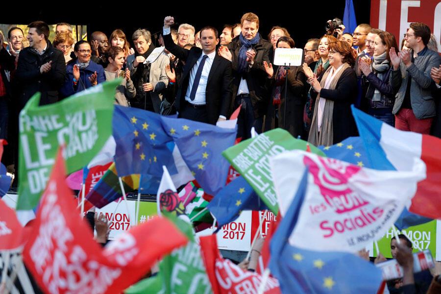 Benoit Hamon (C), candidat du Parti socialiste à la présidentielle de 2017 en meeting, Place de la République à Paris, le 19 avril 2017.