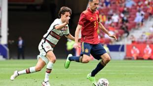 Sergio Busquets toca un balón ante la presión de Joao Felix durante el partido amistoso entre España y Portugal jugado el 4 de junio de 2021 en el madrileño estadio Wanda Metropolitano