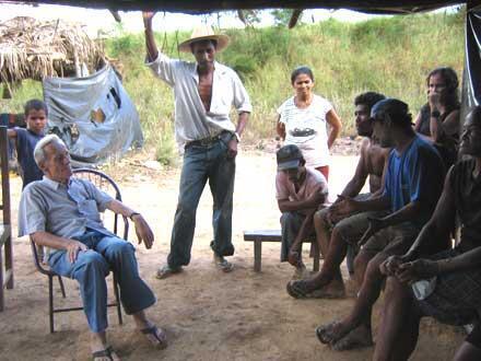 Frei Henri Burin des Roziers (sentado, à esq.), frade dominicano de origem francesa e naturalizado brasileiro atuou como advogado da Comissão Pastoral da Terra (CPT) na região de Xinguara, Pará.