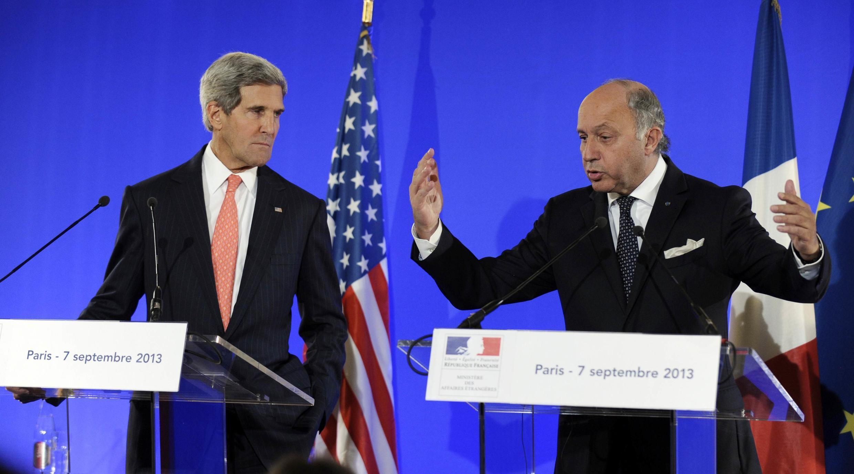 Ngoại trưởng Pháp Laurent Fabius (P) họp báo tại Bộ Ngoại giao, cùng Ngoại trưởng Mỹ John Kerry, Paris, 07/09/2013.