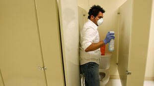 Désinfection de toilettes dans une école de Dallas, le 29 avril 2009.
