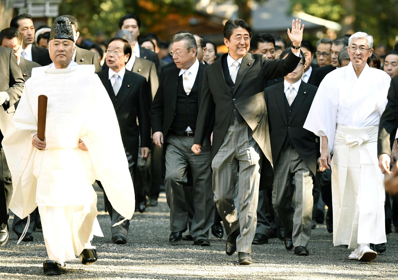 Ảnh minh họa: Thủ tướng Nhật Shinzo Abe (g) lúc viếng đền Ise, trung phần Nhật Bản. Ảnh ngày 04/01/2019.
