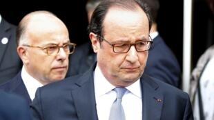 图为法国总统奥朗德与内政部长在鲁昂天主教堂受恐怖袭击现场
