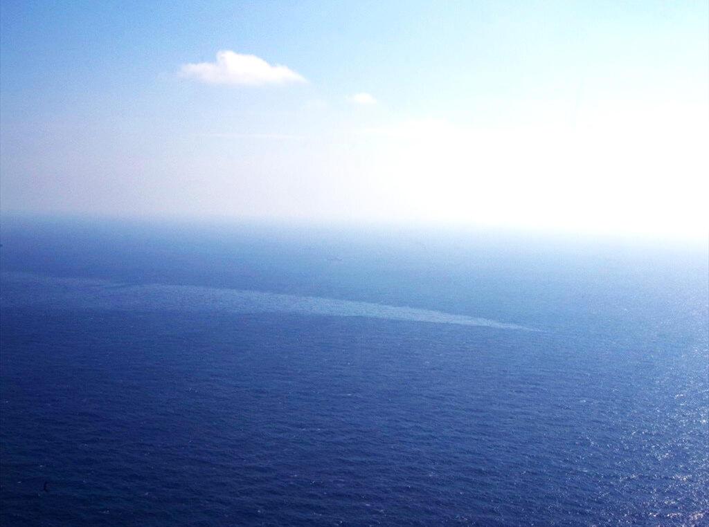 Lớp dầu tràn ra từ tầu chở dầu Sanchi của Iran trên biển Hoa Đông. Ảnh do lực lượng tuần duyên Nhật Bản chụp ngày 14/01/2018.