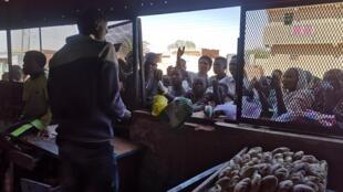 Depuis le début de l'année, la crise du pain a empiré. Les Soudanais attendent des heures pour acheter de quoi nourrir leurs familles.