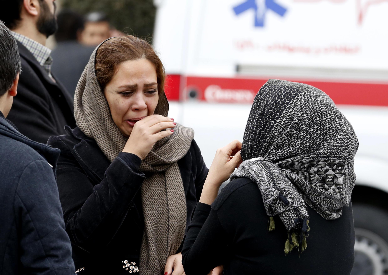 Parentes das vítimas do acidente do voo EP3704, no Irã.