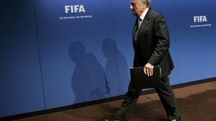 Le président de la Fifa, le Suisse Jospeh Blatter, quittant la scène après une conférence de presse.