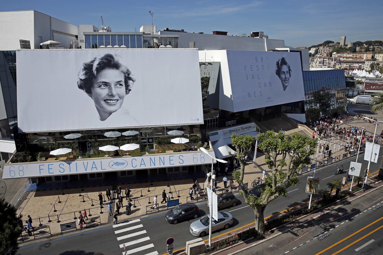 Do cartaz do 68° Festival de Cannes, a atriz Ingrid Bergman sorri sobre a cidade na Côte d'Azur