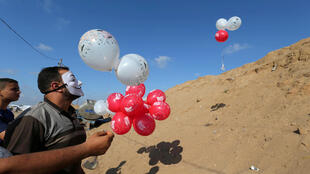 Ces ballons emplis de matières inflammables envoyés depuis Gaza sur le territoire israélien sont dans le collimateur des autorités israéliennes, le 4 juin 2018.