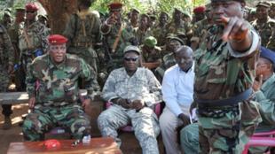 Le général Sékouba Konaté (g) a exhorté l'armée à bannir «l'indiscipline dans ses rangs et mater les brigands en son sein».