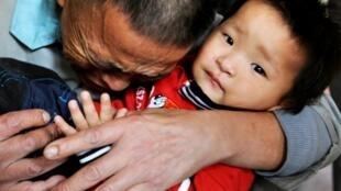Tìm lại được đứa con sau khi cảnh sát phá vỡ một đường dây buôn trẻ ở Quý Dương, Trung Quốc, ngày 29/10/2010 (DR)