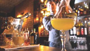 Nicolas de Soto, chuyên gia pha rượu tại quán bar EEC nổi tiếng ở Luân Đôn, giới thiệu loại cocktail Sidecar 03/12/2017