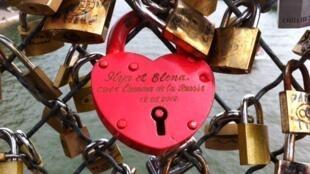 Les amoureux du monde entier ne pourront plus sceller leur amour pour l'éternité sur le Pont des Arts...