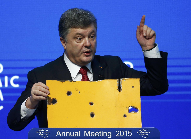 Петр Порошенко во время выступления на экономическом форуме в Давосе предемонстрировал фрагмент обстрелянного гражданского автобуса, 21 января 2015 г.