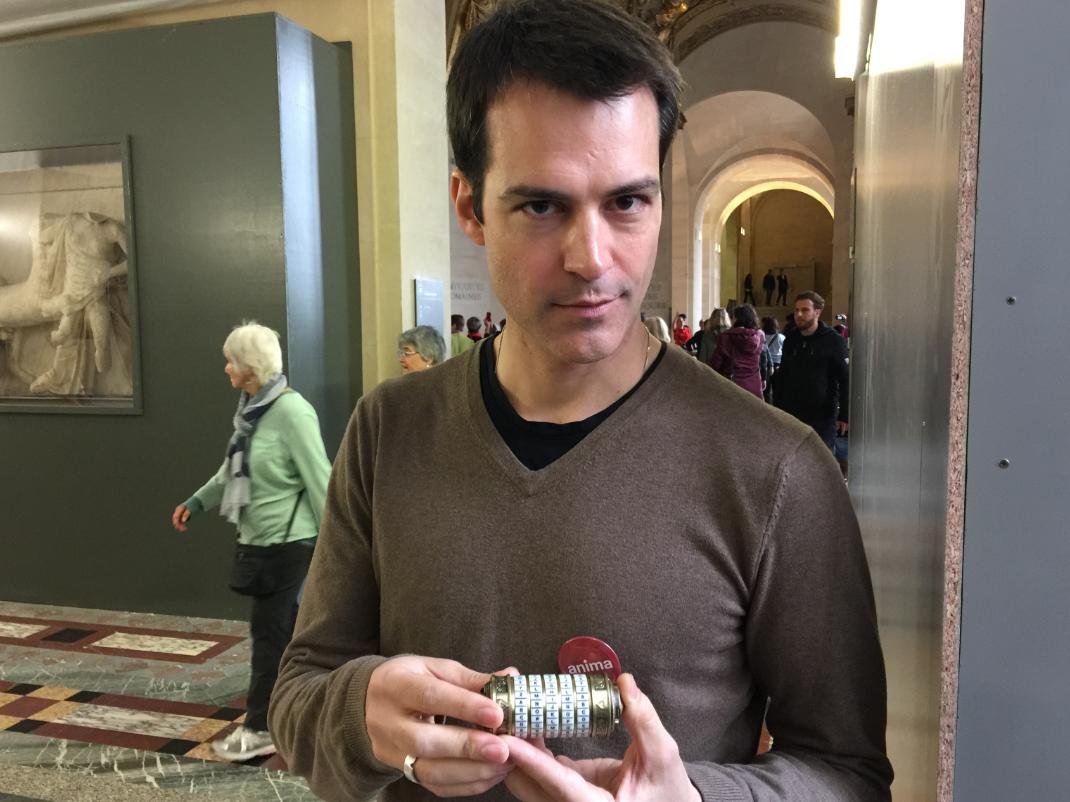 Jean-Philippe, animador da caça ao tesouro, mostra o Cryptex, o cilindro com letras e números que se abre com um código a ser desvendado