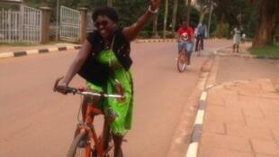 Amanda Ngabirano milite activement pour l'usage du vélo dans les villes d'Ouganda.